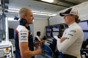 Susie Wolff talks to Valtteri Bottas © Williams F1