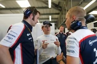 Susie Wolff talks to Valtteri Bottas and a Williams engineer © Williams F1