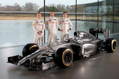 McLaren drivers Kevin Magussen, Jenson Button and Stoffel Vandoorne pose with the McLaren MP4-29 (Image: McLanen)